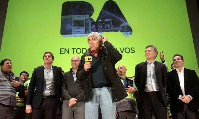El bono de los recolectores, la alarma inmediata en la guerra Macri-Moyano