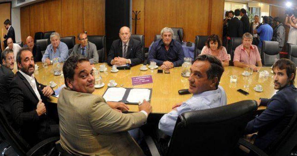 Romero volvió a cortarse y acordó con el Gobierno sin Ctera