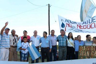Con un abrazo simbólico, Mendoza se puso de pie por el río Atuel