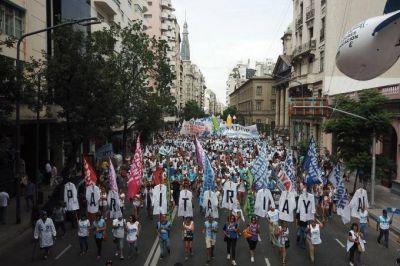 En el segundo día de paro, gremios docentes y estatales marchan a la Gobernación bonaerense