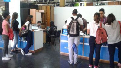 Cientos de estudiantes se inscriben para el Boleto Municipal Gratuito
