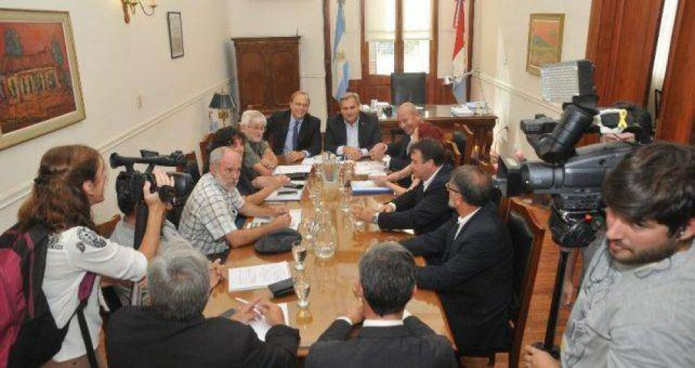 Santa Fe se despega del techo salarial de Macri y ofrece 18% con cláusula gatillo