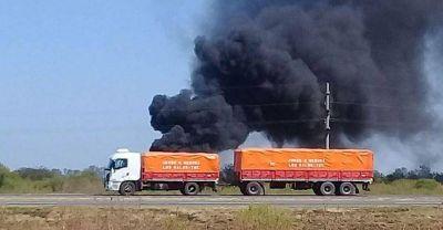 Quema de basura a la vera de la autopista Rosario-Santa Fe