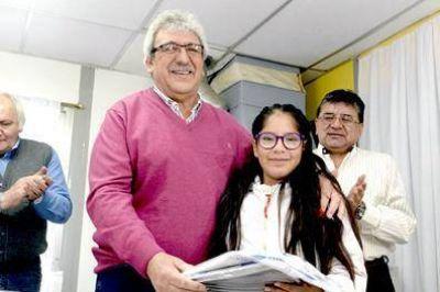 La UATRE entregó útiles escolares en una escuela rural de Tierra del Fuego