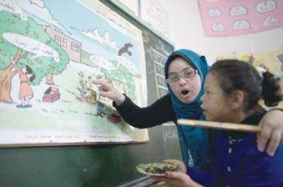 La historia de Hiba al Sharfa, la primera maestra con síndrome de Down en Gaza