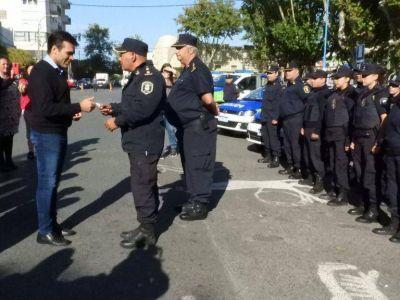 López presentó 10 móviles policiales y más efectivos