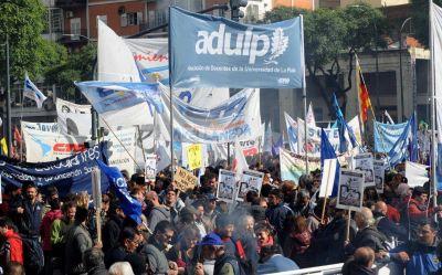 Los docentes universitarios convocaron a un paro de 48 horas para el 10 y 11 de abril
