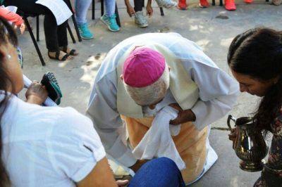 Mons. Lozano realizó el lavatorio de los pies en una cárcel de mujeres