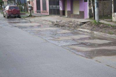 Vecinos cansados del agua cloacal en la calle piden urgente solución