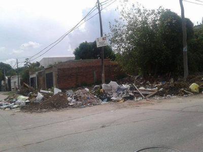 Preocupación vecinal por un basural en la esquina de Catamarca y Perugorría