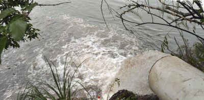 Caños que revientan y plantas en colapso contaminan el río Negro
