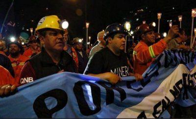 Marcha de antorchas de los mineros de Río Turbio frente al Congreso