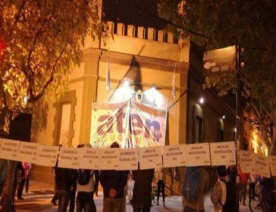 Docentes de Neuquén endurecen la lucha frente a la Casa de Gobierno