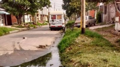 En Avellaneda el agua putrefacta invade las calles
