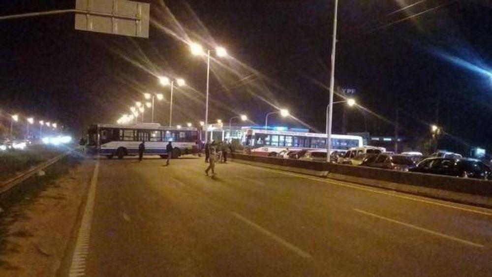 Compañeros del colectivero asesinado cortan la General Paz: hay paro por 24 horas en todas las líneas de zona oeste