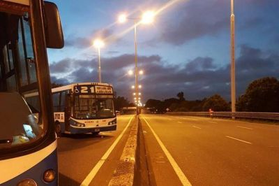 Chofer asesinado: cortan la Avenida General Paz y más líneas de colectivos se suman al paro