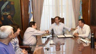 Garro acordó un aumento del 15% con dos de los gremios de municipales