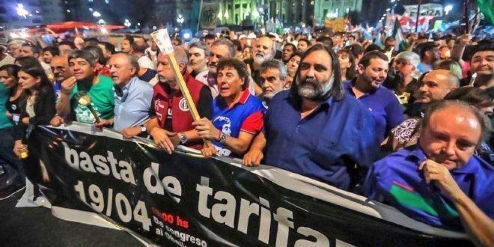 """Fue multitudinaria la """"Marcha de las Velas"""" convocada por las CTA y Camioneros"""