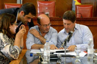 Se multiplican las críticas, Mourelle se queda solo y al Concejo le toca decidir