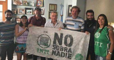 Barrionuevo recalcula su perfil y se fotografió con los despedidos del INTI