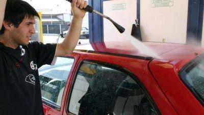 Buscan prohibirle el uso de agua potable a los lavaderos de autos