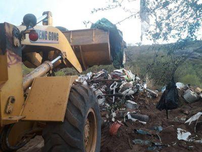 Carlos Paz: Erradicaron basurales clandestinos sobre el camino a Cabalango