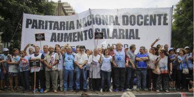 """El salario de los docentes argentinos """"es uno de los más bajos del mundo"""", según informe"""