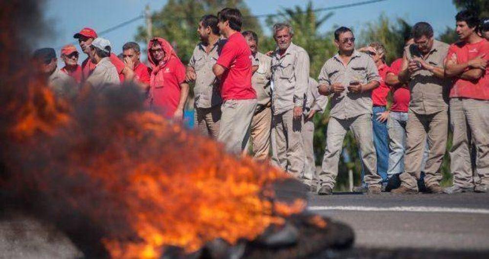 Los 350 operarios siguen tomando Vassalli y hay temor de que Firmat se convierta en un pueblo fantasma