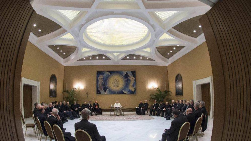 Primera reunión con los obispos chilenos; el Papa entrega un texto con temas para meditar