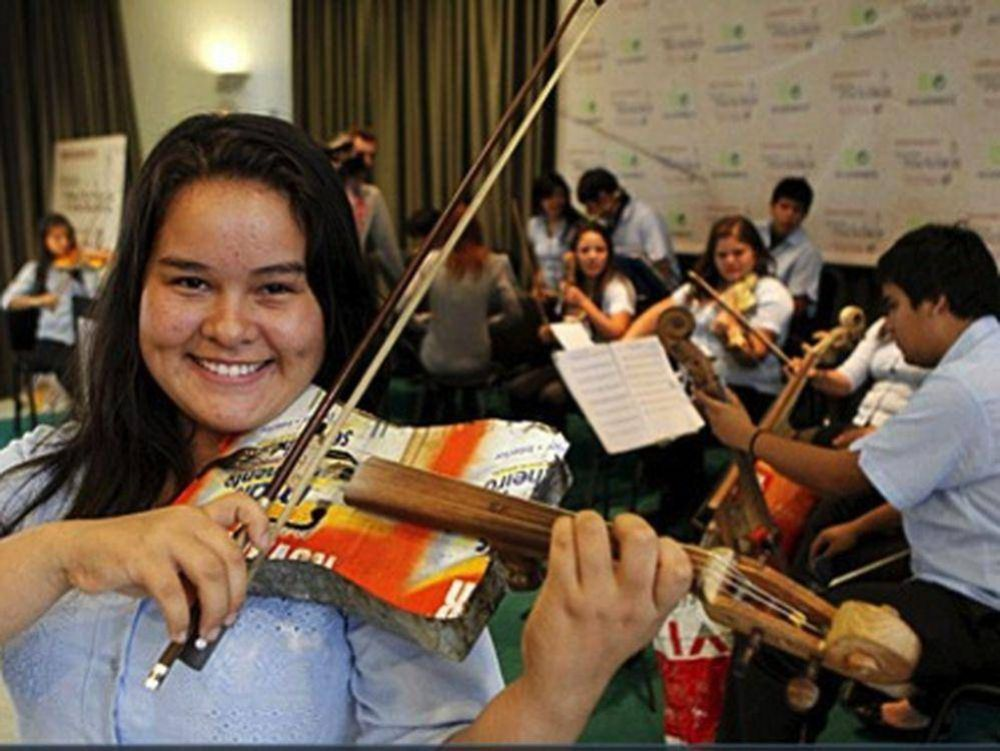 Orquesta de Cateura compartió escenario con el gran Toquinho