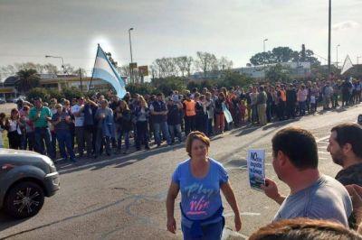 Cientos de vecinos de Chascomús salieron a la ruta 2 a protestar contra los despidos