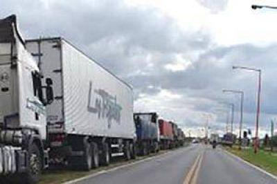 Camiones de gran porte bloquean una de las manos de circulación en la Ruta 11