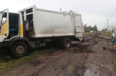 Cuatro camiones de residuos atascados por el estado de las calles
