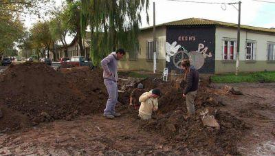 Reemplazan caños pluviales en una zona sensible de Quequén