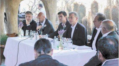 Macri juega a dividir al PJ: foto con Urtubey y reproche a Pichetto