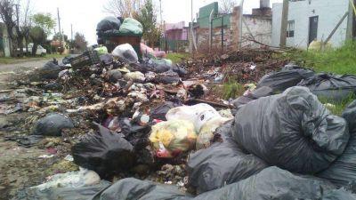 Vecinos recogen la basura en Luján
