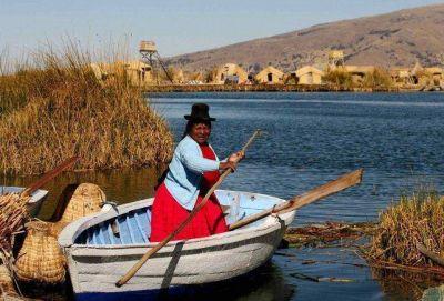Mujeres indígenas limpian la basura en el lago Titicaca