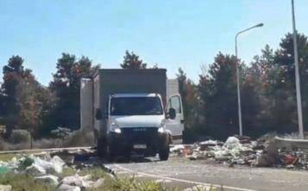 Multaron a la empresa que tiró basura en la ruta 105