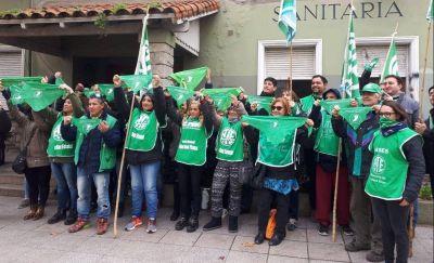 Trabajadoras de ATE hicieron un pañuelazo y fueron sorprendidas con presencia policial