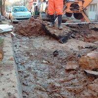 El hormigón de una obra privada taponó una colectora cloacal en calle Illia