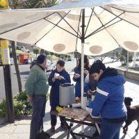 Trabajadores de la Confitería Boston obsequiaron cafés y medialunas gratis en el Día del Padre