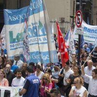 Docentes y bancarios marchan por la apertura de paritarias y los derechos previsionales