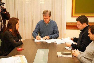 Firmaron el contrato para la extracción de barros de la Planta de efluentes cloacales