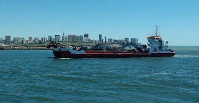 Llegó la draga: en los próximos días comienzan los trabajos en el puerto y el refulado en Playa Grande