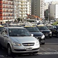 """Taxistas y remiseros se movilización contra """"el GNC más caro del país"""" en Mar del Plata"""