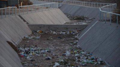 Corresponsal en la Calle: La basura tapa los canales de escurrimiento del oeste