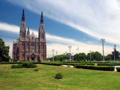 Guiño a la Iglesia: Provincia gastará 45 millones en una torre de la Catedral de La Plata