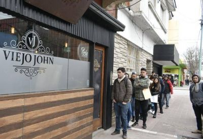 El drama de la desocupación: Pusieron un aviso ofertando 10 puestos de trabajo y fueron ¡800 personas!