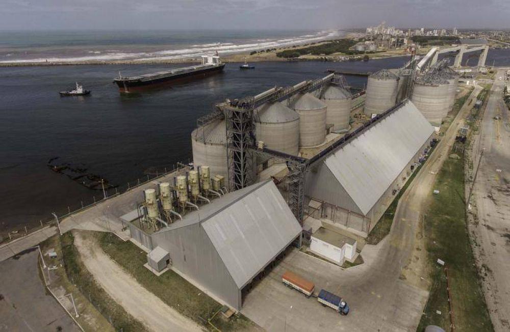 Conflicto de carga en Puerto Quequén: Denuncian a acopiadoras por no pagar traspiles