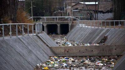 El Municipio culpa a vecinos por la basura en los canales